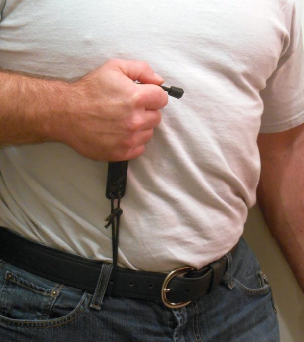 When I pull up on the knife, the cord attached to the belt reaches the end of its range of motion and the knife clears the sheath.